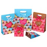 Heart-shaped clamshell gift bag